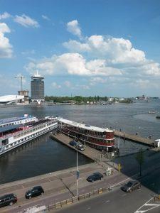 Uitzicht vanuit het Hostnet Café in Amsterdam